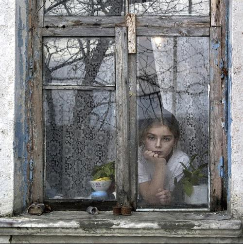 La finestra guardare il mondo con animo innocente e corpo da donna - Rima con finestra ...